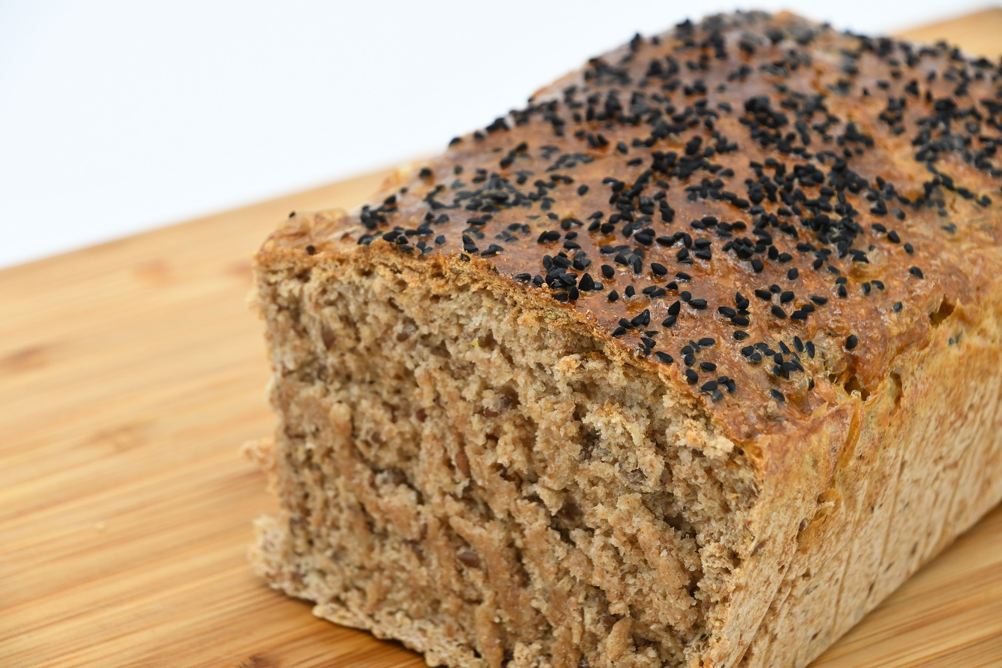 Domowy chleb zchrupiącą skórką